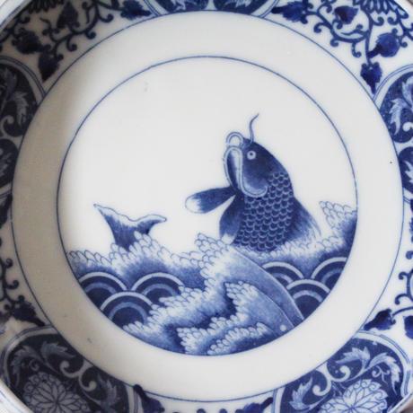 【季節のうつわ】印判荒磯文平鉢  Inban Blue and White Flat Bowl with Printed Design of Araiso (Carp and Wave) 20th C