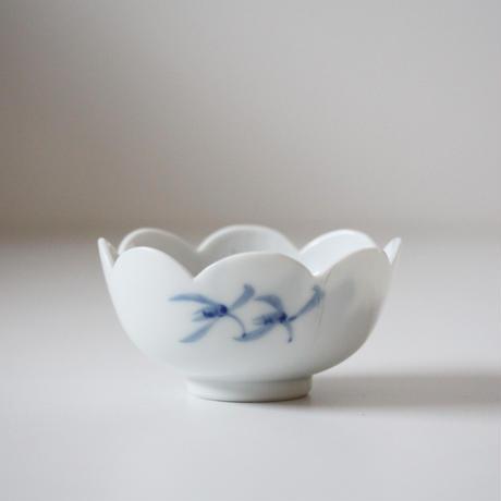 【季節のうつわ】染付牡丹文輪花小鉢 Blue and White Small Bowl with Peony Design 20th C