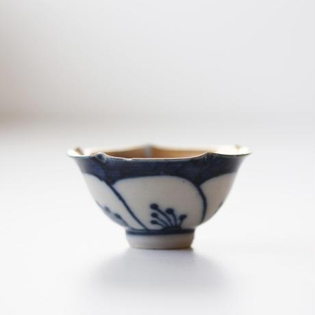 【千代久】九谷染付金彩梅花盃 Kutani Blue and White Plum Blossom Shaped Cup with Gold Enamel 20th C