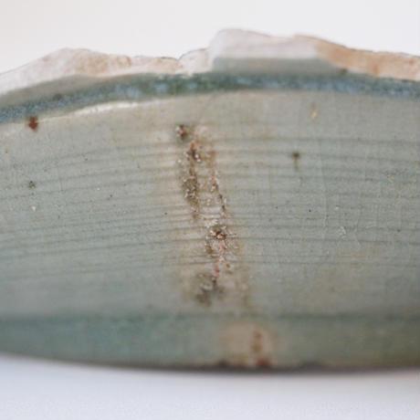 【季節のうつわ】陶片 古伊万里青磁陽刻蟹牡丹文皿 Shard of Imari Celadon Dish with Crab-Style Peony Design 17th C