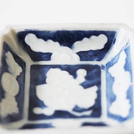 【季節のうつわ】瀬戸染付陽刻枇杷文隅入小皿 8.2cm Seto Blue and White Square Small Dish with Loquat Design 19th-20th C