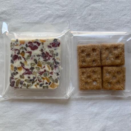 ドライフルーツ入りクリームチーズ&全粒粉の塩クラッカー