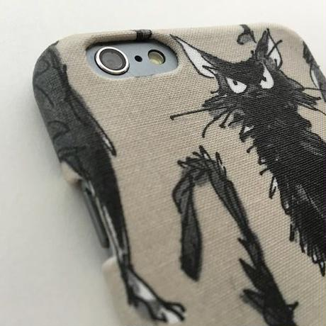 無愛想だけど憎めない♡黒猫のiPhoneケース