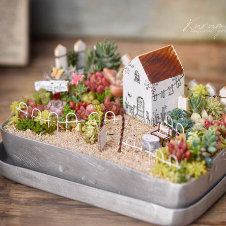 蝶々と白いテーブルセットのお庭
