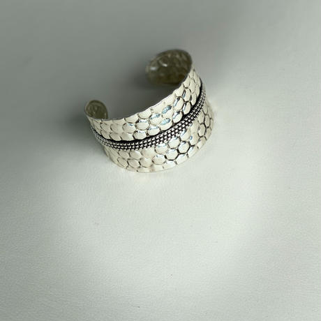 embossed metal cuff (SILVER)