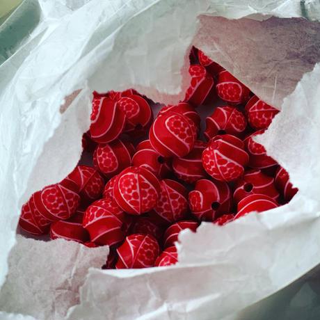 真っ赤なウェーブ模様ラウンドビーズ11㎜  フランス