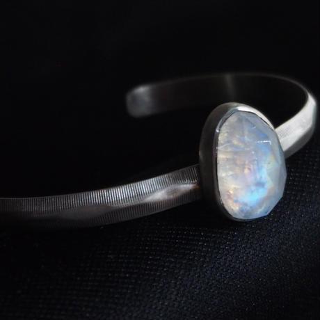 青い煌めきレインボームーンストーン SVバングルブレスレット