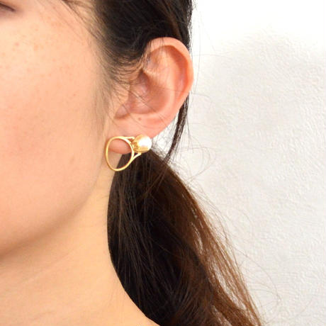 ring motif pierce (pearl / gold)