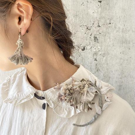 揺れ花びらのイヤリング* White / Gray