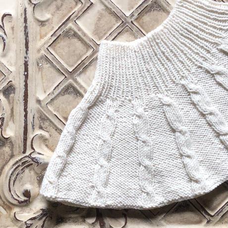 ケーブルニットの手編みケープ