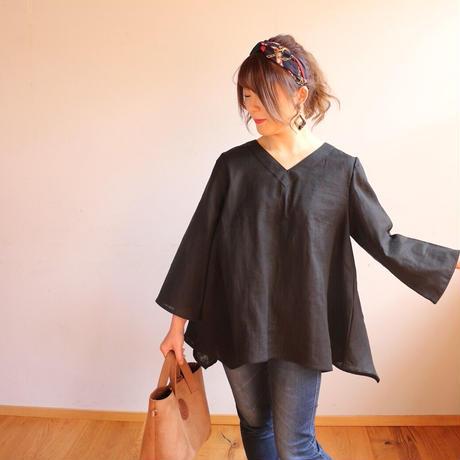 【ダブルガーゼブラウス】ふんわりコットンダブルガーゼで魅せる、シンプルなVネックフレアブラウス(ブラック)