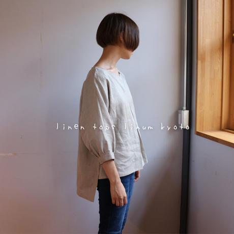 【リネンブラウス】東欧リネンで魅せる、フロントタック・後ろ着丈長めのデザインブラウス(生成り色)