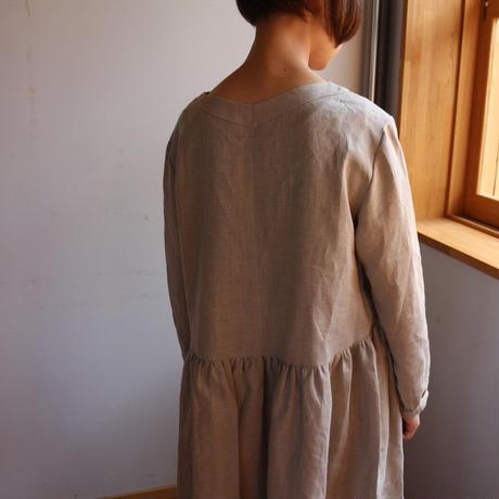 【リネンワンピース】ヨーロピアンリネンで魅せる、ウエスト切り替えVネックギャザーワンピース(キナリ色)