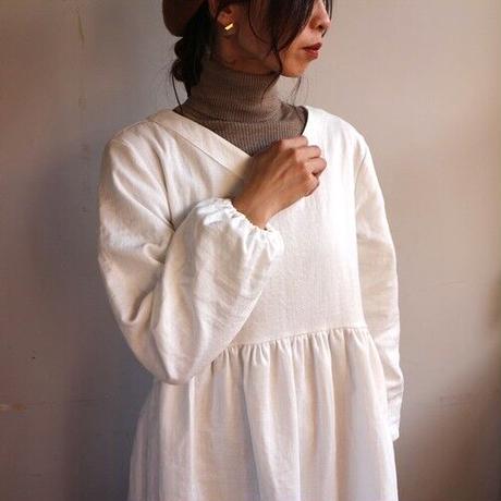 【秋冬用、厚手ダブルガーゼワンピース】着心地を追求した、Vネックギャザー切り替えガーゼロングワンピース(ホワイト)