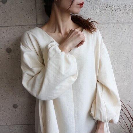 【秋冬用、厚手ダブルガーゼ】温かダブルガーゼの、ボリューム袖のバックタックVネックリラクシングワンピース(生成り)