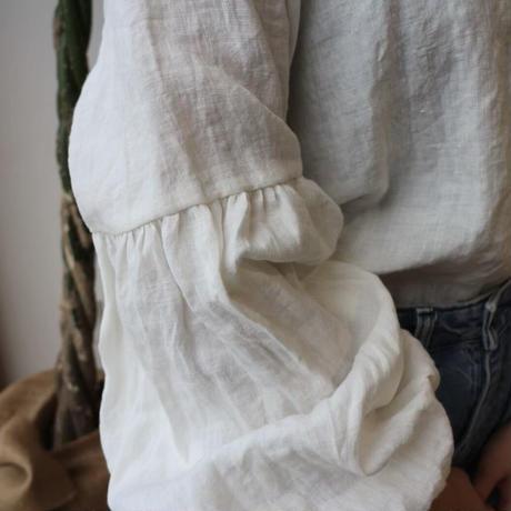 【こだわりベルギーリネンギャザーブラウス】くったり柔らかなベルギーリネンで魅せる、ギャザーバルーン袖のデザインブラウス オフホワイト・ベージュ・ストロベリー