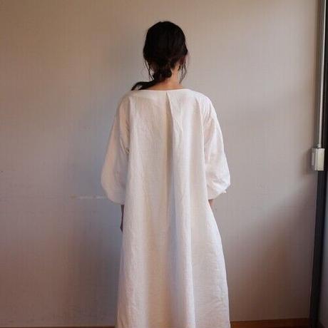 【秋冬用、厚手ダブルガーゼ】温かダブルガーゼの、ボリューム袖のバックタックVネックリラクシングワンピース(ホワイト)
