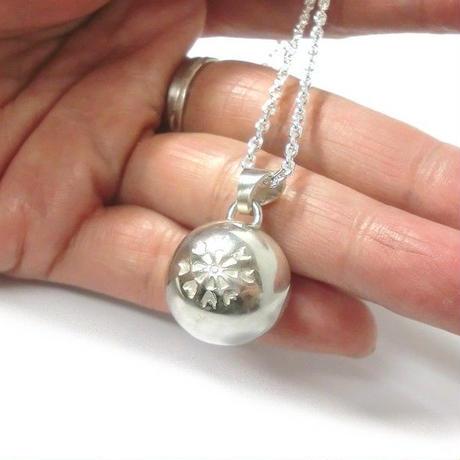 銀の鈴のペンダントトップ   ・花の刻印模様  直径17mm