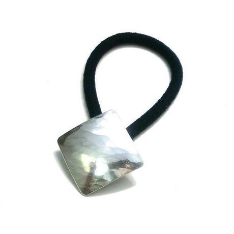 槌目模様のひし形シルバーヘアゴム
