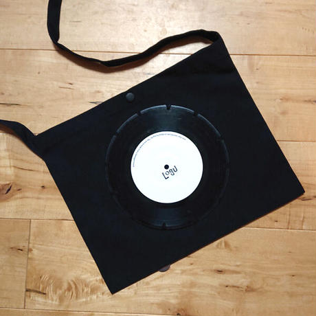 本物のレコードを使ったサコッシュ「bagu」ブラックxホワイト SA-007BW