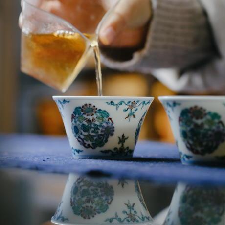 雍正款闘彩团菊紋茶杯 PC077