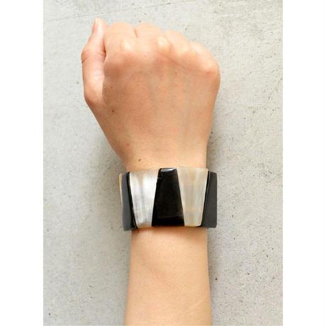 "【Africa・Madagascar/ hand made】 ""buffalo bone "" triangle bracelet -black × white / free size- (AS-B2)"
