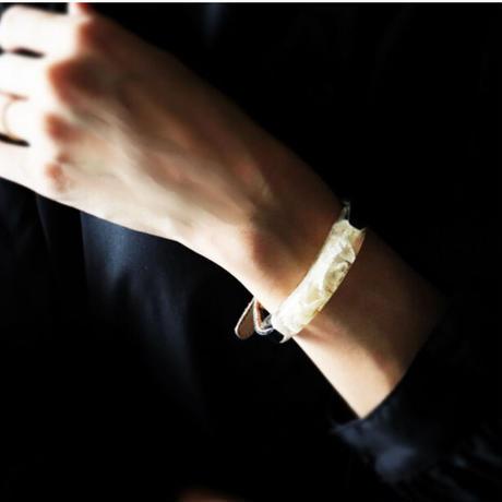 ブレスレット透明色の影(1.2cm幅) 白い紫陽花 x Blackレザー