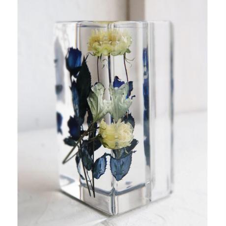 タブレットスタンド 青いバラと白いバラの花束