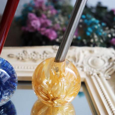 花のペン立て「薄橙のシルバーデイジー」 -paint with flowers-