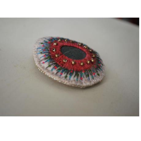 天然石とメタルビーズの刺繍 丸ブローチ