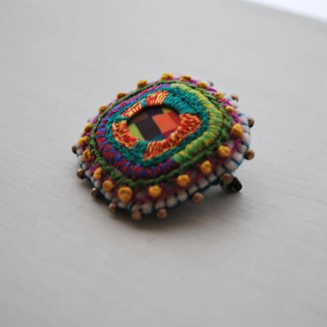 刺繍とクレイとメタルビーズの四角ブローチ