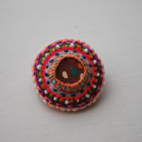 刺繍とクレイの丸ブローチ