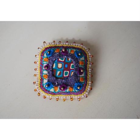 刺繍とクレイとメタルビーズ・ガラスビーズの四角ブローチ
