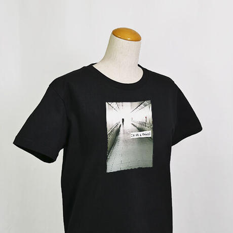 【C yana】Tシャツ「Is it a fake?  地下道」(期間限定)IC-T06-01-03
