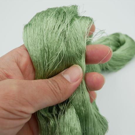 西陣織で使われている絹糸 綛糸(かせいと)21中4片 薄緑