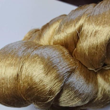 西陣織で使われている絹糸 綛糸(かせいと)21中4片 白茶