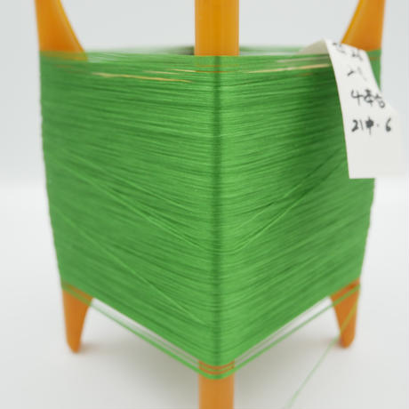 西陣織で使われている絹の撚糸 21中6本甘撚り プラスティック枠付き no.26