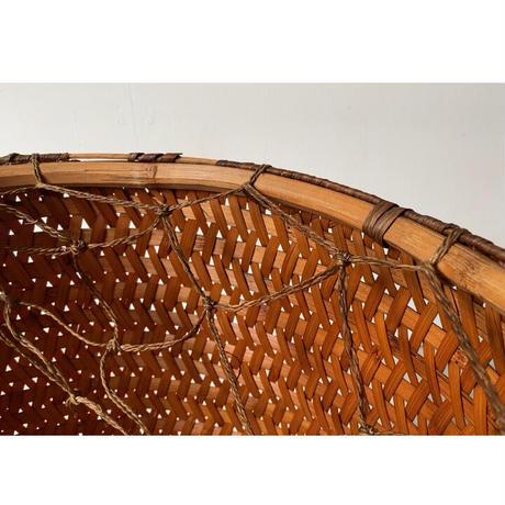 楕円大型の古い竹カゴ  アンティーク編みかご 飴色にヤケた美色 竹編 民藝籠 紐網付属 低いハンドル 希少珍品 京都旧家埋蔵品