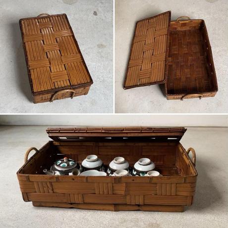 古い竹編みの蓋付平籠  極太ござ編みに同素材の縁飾り、持ち手・脚有り等々丁寧な作り。ヴィンテージ竹籠 古道具 道具箱 茶器籠