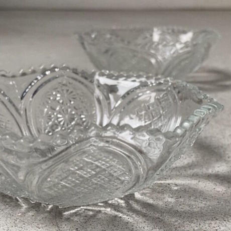 ヴィンテージ プレスガラス器 昭和初期 深皿 小鉢 気泡 ゆらゆらガラス 細やかな菊紋と格子  完品 ※2点ございます。