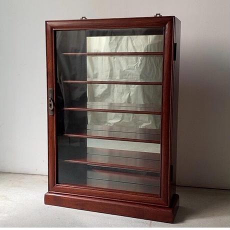 古い木製小型ショーケース  開戸のガラスケース 指物木工 銅金具 飾り棚  壁掛け 床置き チェスト置き 薄棚  茶器 時計 カメラ ライター等々小さな物を綺麗に飾れます。