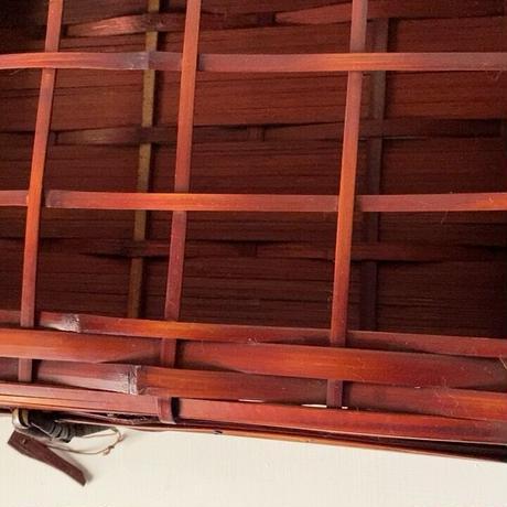 アンティーク 蓋付き竹編ボックス ひしぎ編み 蓋格子編み 楔ロック鍵付き 工芸品 手仕事 赤竹 道具箱 茶器入れ 珍品 美品