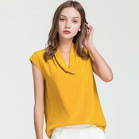 (MAYUDAMAシルク) シルク100% シルクシャツ ブラウス Vネック ノースリーブ シルクシフォン ゆったり エレガント 通勤 春・夏  <ターメリック>