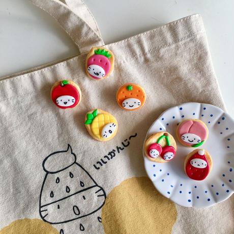 フルーツかぶりの苺ぼうやブローチ(7種類)