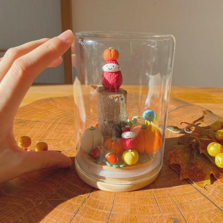 カボチャいっぱいの苺ぼうや 秋のガラスドームL