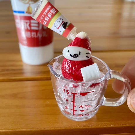 冷やし苺の練乳がけの1粒苺ぼうや オブジェ