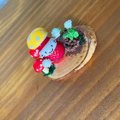 キノコ帽子の苺ぼうやとシロツメクサ|オブジェ