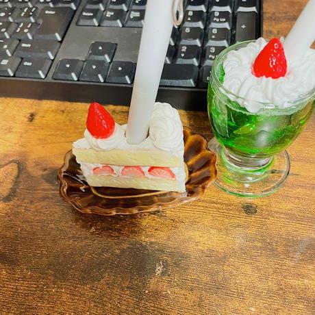 苺ショートケーキ ペンスタンド 机上の空腹