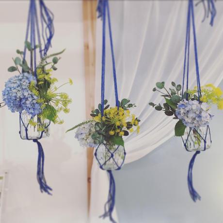 おうちでワークショップキット 〜マクラメ編みのハンギングフラワーベースに季節の生花を飾ろう〜