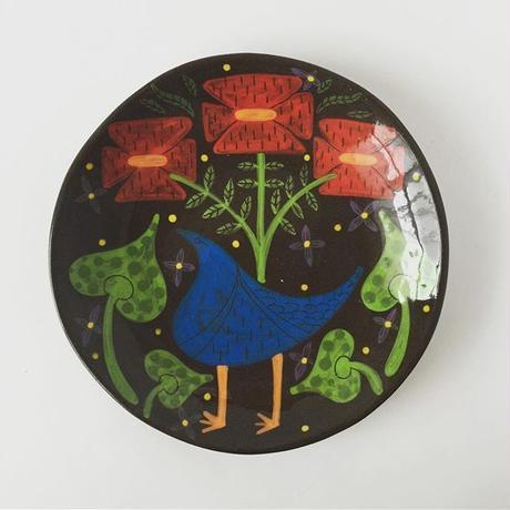 黒土色絵付け丸皿(花)